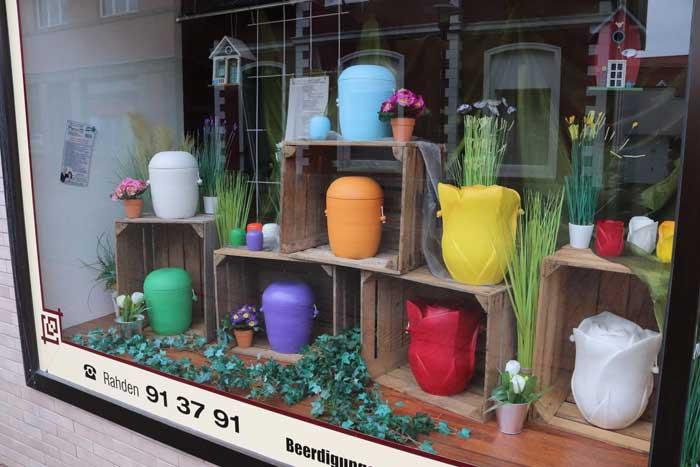 Farbenfrohe Urnen in Rahden